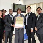 Embajador de EEUU Todd Robinson entrega reconocimiento a Familia de Dr. Carlos Mejía