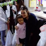 Gaby Moreno canta villancicos navideños a pacientes de pediatría